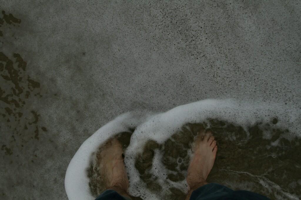 Füße umspült am Stand bei Hoi An