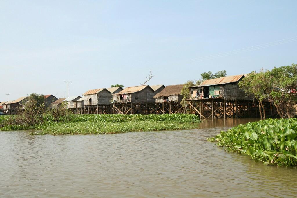Pfahlbauten am Ufer des Tonle Sap Sees